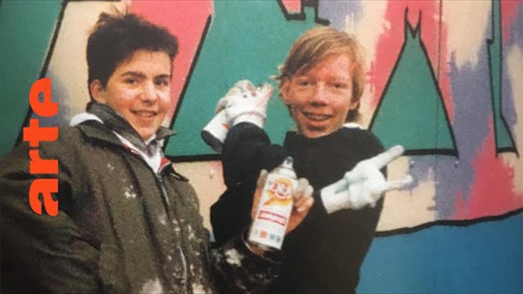 """Kopenhagen Teil 2: Inspiriert von den Kult-Filmen """"Wild Style"""" und """"Style Wars"""" beginnen sich neben FREEZ auch angehende Graffitikünstler wie BATES, SEK, RENS, CMP oder SWET, für Tags und Writings zu interessieren. Als dann die Ausstellung """"New York Graffiti"""" im Jahr 1984 ins Louisiana Museum nach Kopenhagen kommt, springt der Funke endgültig über: Zum ersten Mal gibt es auf dänischem Boden echtes Graffiti von BLADE und SEEN aus New York zu sehen. Die Graffiti-Bibel """"Subway Art"""" von Henry Chalfant wird zum Style-Guide und zur wichtigsten Inspirationsquelle für die jungen Kopenhagener Künstler. Während der 80er Jahre entwickelt sich daraus eine einflussreiche Street-Art Szene mit zahlreichen Graffiti- und Breakdance Crews. Die nächste Folge gibt's am Mittwoch um 18 Uhr: The Rise of Graffiti Writing S2 – Denmark (1986 – 1991)"""