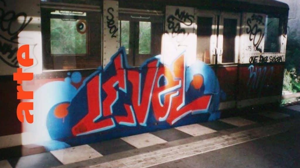 """Die Graffiti-Welle schwappte Anfang der Achtziger Jahre nach Berlin. Die ersten Pieces entstanden direkt auf der Berliner Mauer. Aber erst mit dem Fall der Mauer wurde die ganze Stadt zu einem riesigen Spielplatz für die Writer-Szene. Protagonisten wie die Ghettostars-Crew oder der Magazinherausgeber Adrian Nabi erzählen über die spannende Zeit. The Rise of Graffiti Writing """"The Rise of Graffiti Writing"""" zeichnet die Geschichte der Graffiti-Kultur von den Anfängen im New York der 70er bis zum Ausbruch des Lack-Virus' Mitte der 80er in Europa nach. Writer der ersten Stunde erzählen, wie die Bewegung in den 80er-Jahren von den USA über den großen Teich nach Europa schwappte und sich ab 1983 von Amsterdam, Paris und London oder der heimlichen Graffiti-Metropole Kopenhagen in ihren Bann zog."""